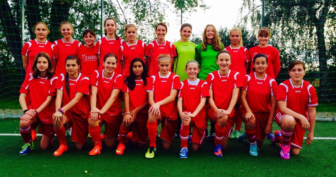In der Hessenliga sind die C-Juniorinnen Spitzenreiter. Nach Wolfsburg dürfen wegen der Teilnahmebedingungen leider nur zehn der Vilbeler Fußball-Girls mitfahren.